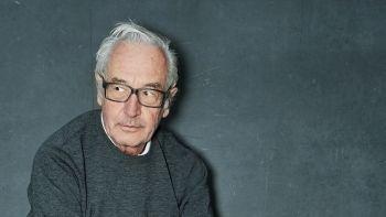 Älterer Herr mit grauen Haaren und schwarzer Hornbrille, leicht nach vorn gebeugt - Peter Fischli