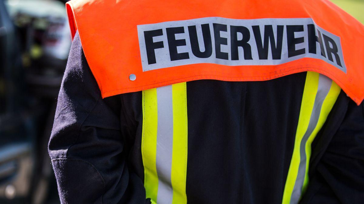 Ein Feuerwehrmann in Uniform (Symbolbild)