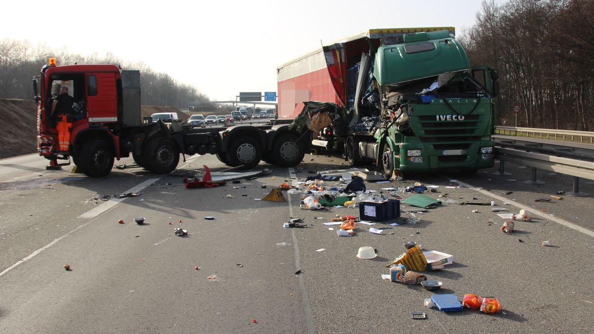 Verunfallte Lkw auf der A3 bei Regensburg