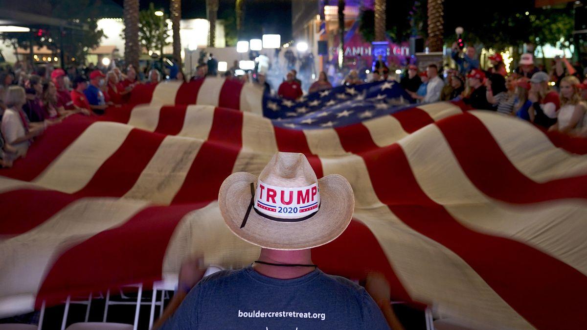 US-Flagge in einer Straße