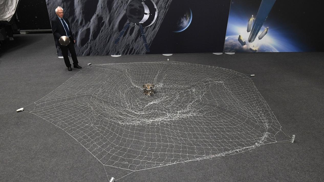 Netz mit Weltraumschrott ausgebreitet auf dem Boden. So soll Weltraumschrott eingefangen werden.
