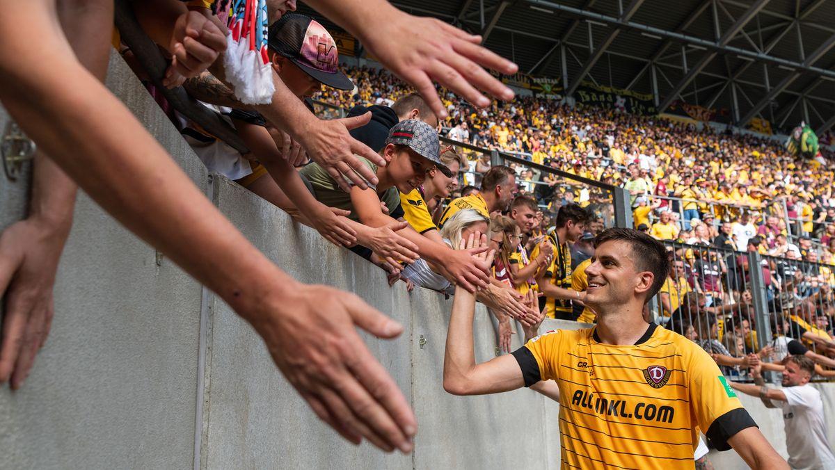Spieler von Dynamo Dresden klatscht mit Zuschauern ab
