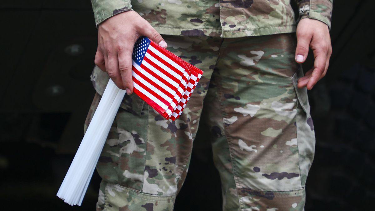 US-amerikanischer Soldat mit Fahne in der Hand