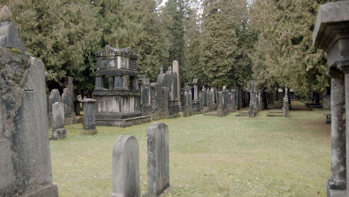 Der Alte Israelitische Friedhof in München mit dem Grabmal von Dramatiker Michael Beer.