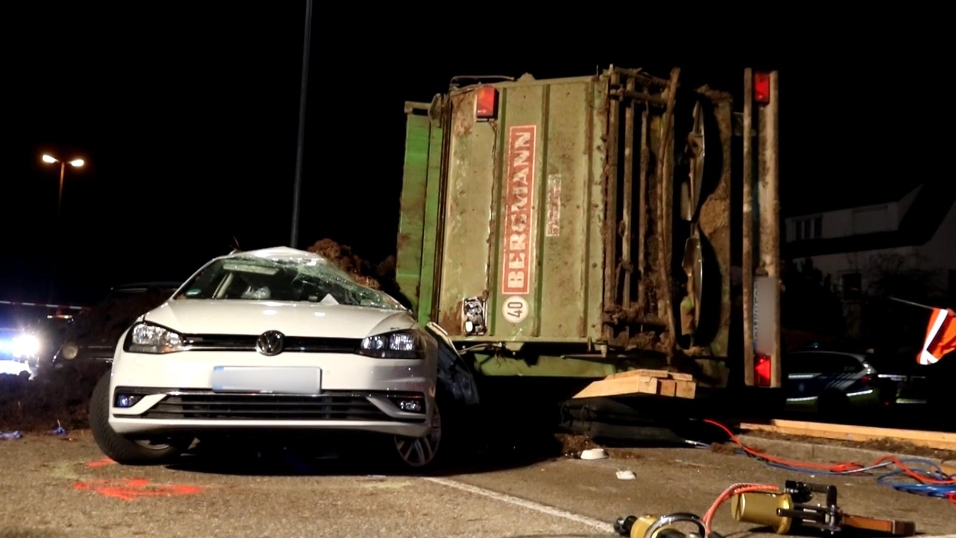 Im Memmingen ereignete sich am Freitag ein tragischer Unfall. Ein umgestürzter Traktoranhänger begrub einen PKW unter sich.