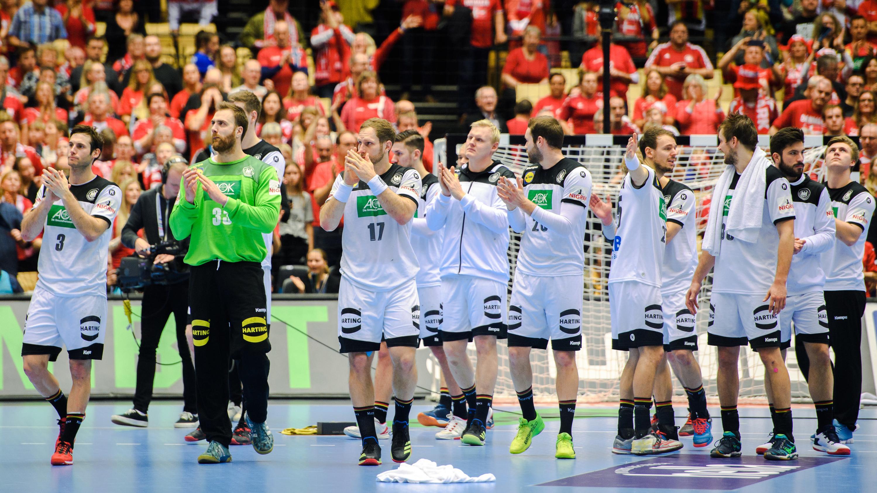 Deutschlands Handball-Nationalspieler bedanken sich nach dem Spiel um Platz 3 gegen Frankreich bei den Fans