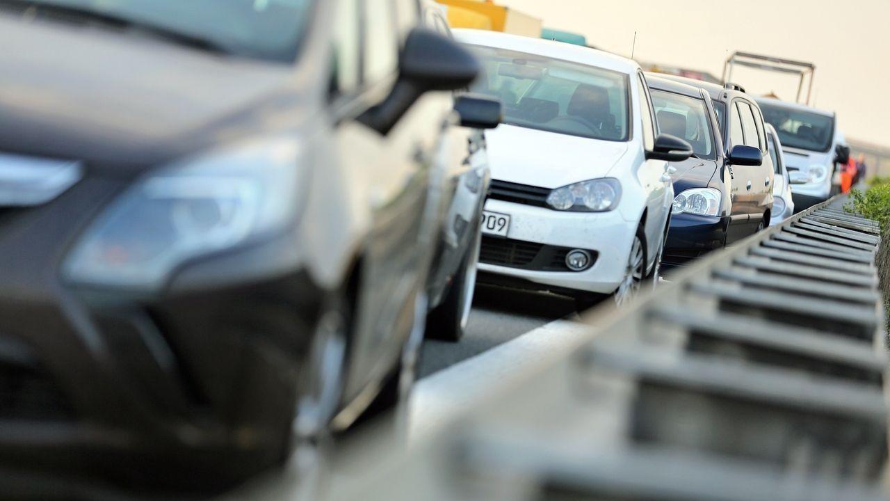 Stau-Warnschild auf Autobahn (Symbolbild)