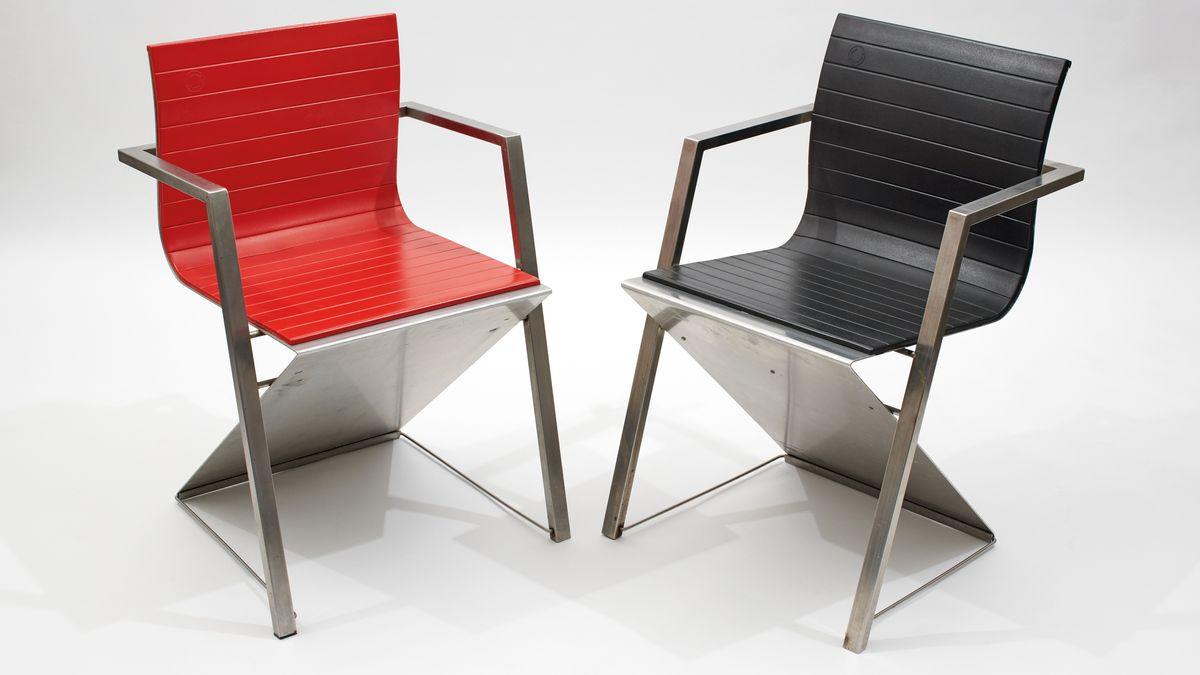 Ein roter und ein schwarzer Designerstuhl