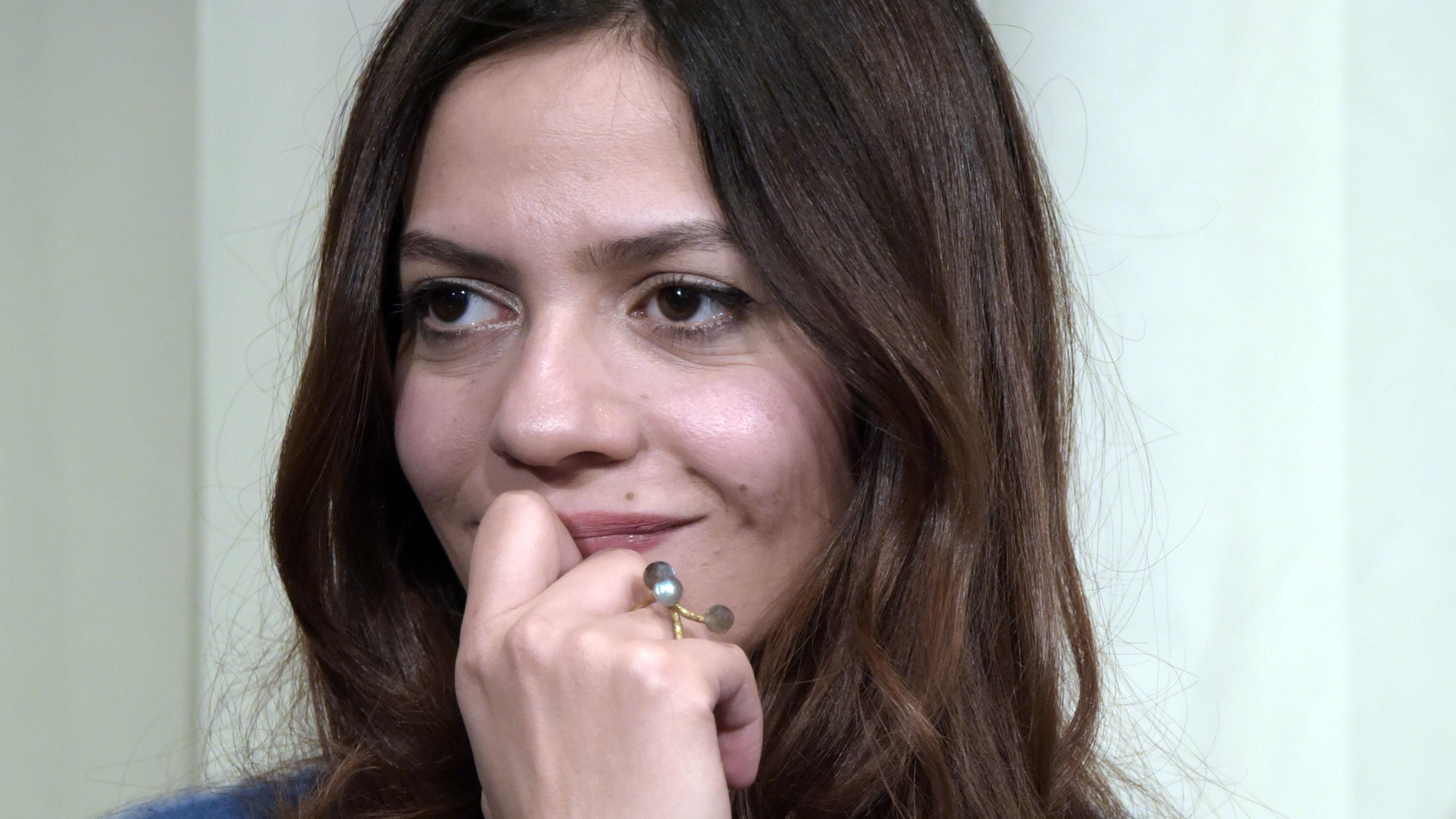 Die junge syrische Schriftstellerin Dima Wannous lächelnd