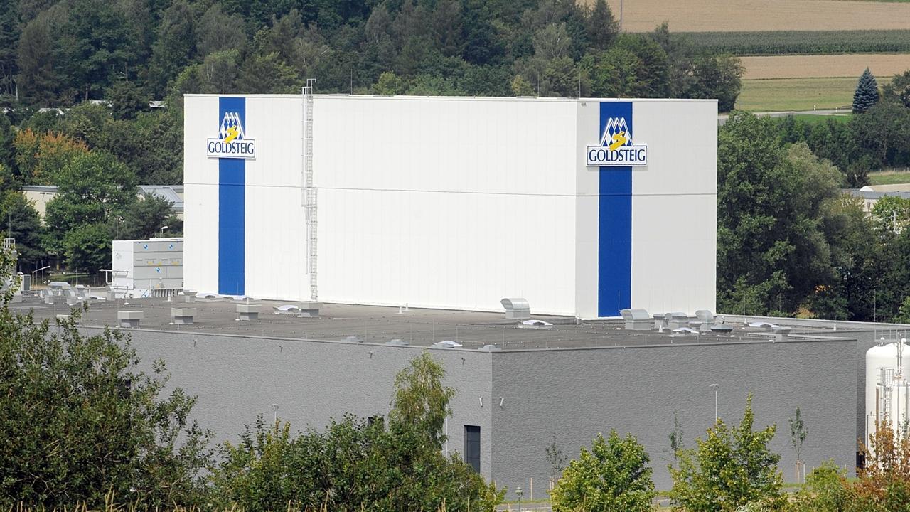 Die Produktionshalle des Käserherstellers Goldsteig in Cham: Dort kam es zu einem Leitungsbruchs der Kläranlage.