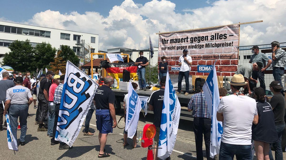 Vor einer Großmolkerei in Heimenkirch demonstrieren Milchbauern gegen die Milchpreise.