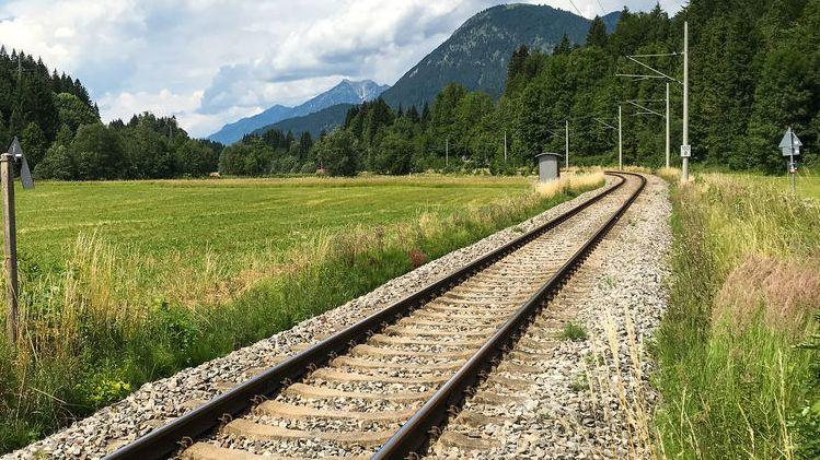 Symbolbild: Eingleisige Bahnstrecke im Karwendel bei Krün.