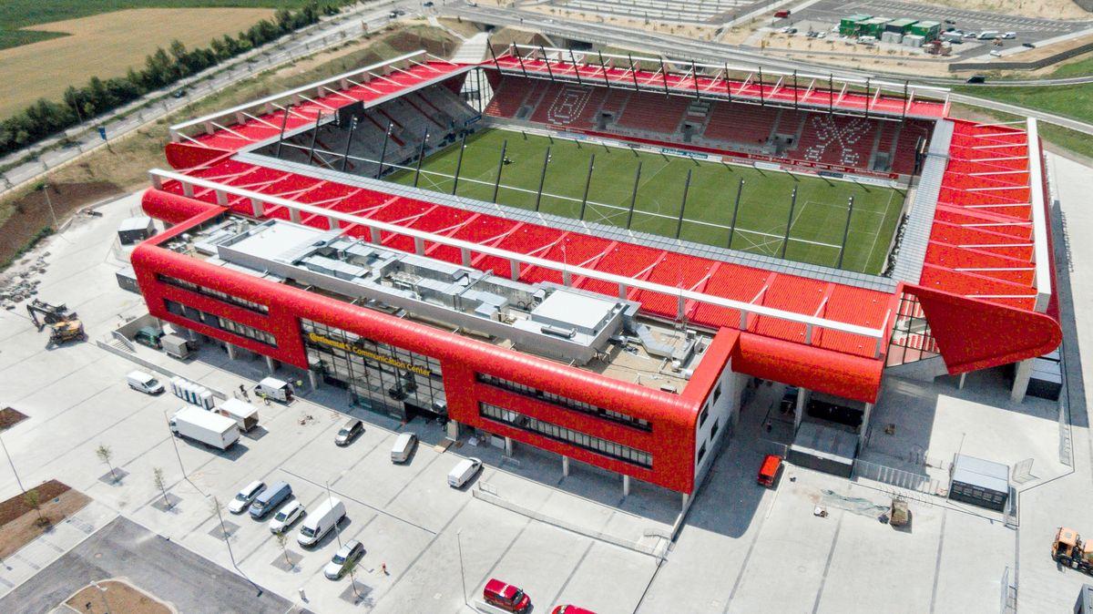 Das Jahnstadion im Süden von Regensburg. Hier soll ein ambulantes Coronavirus-Testzentrum eingerichtet werden.
