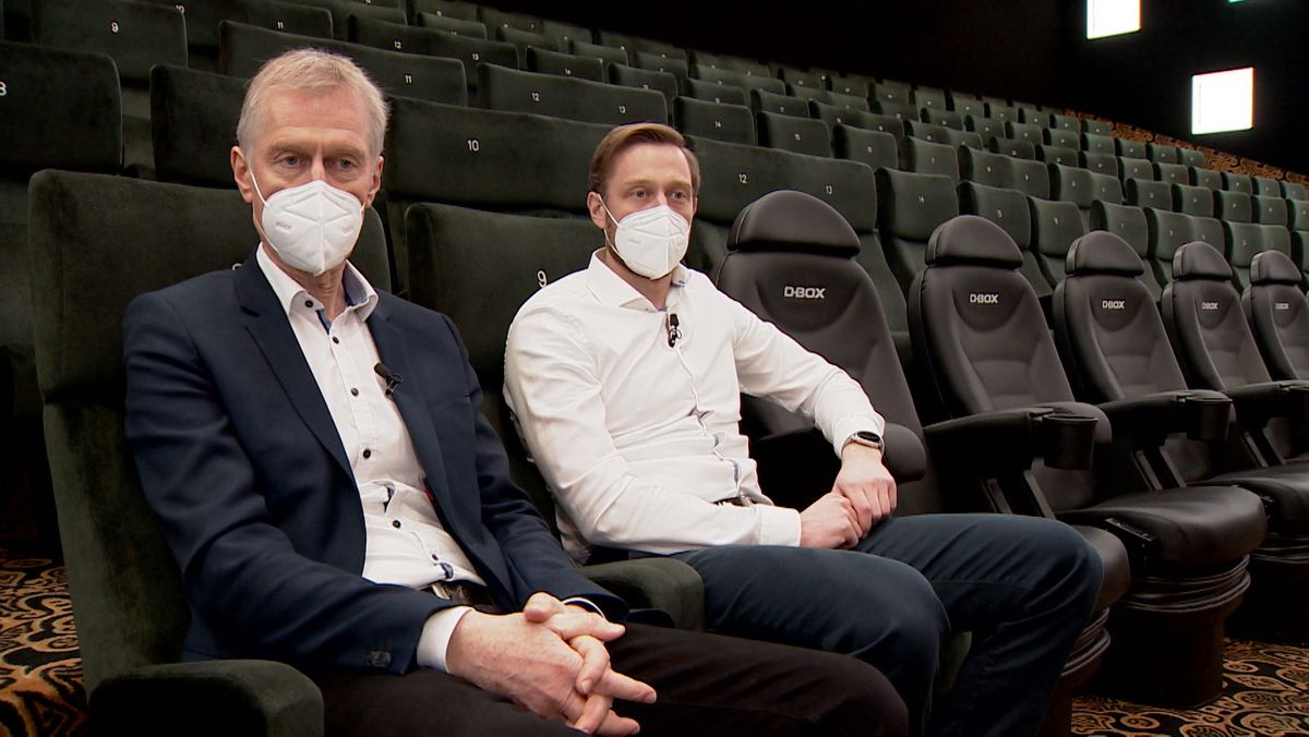 Roland und Roman Sailer sitzen im Saal ihres Kinos