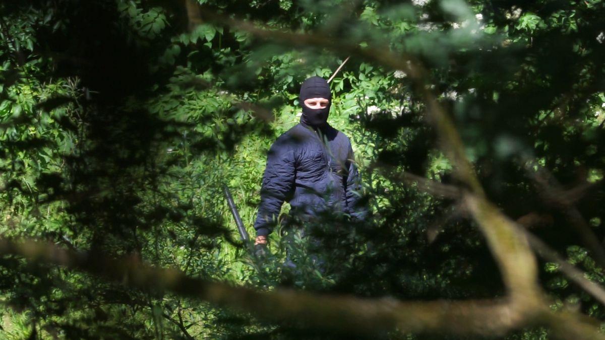 Maskierter Uniformierter mit Tonfa-Schlagstock an der kroatisch-bosnischen Grenze