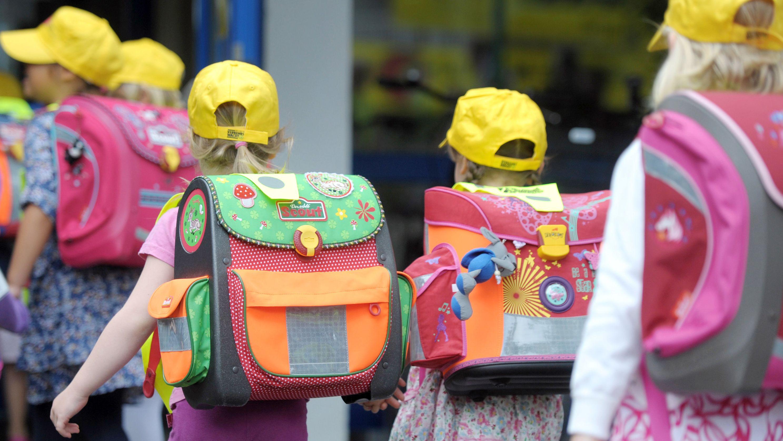 ABC-Schützen auf dem Weg zur Schule (Symbolbild)