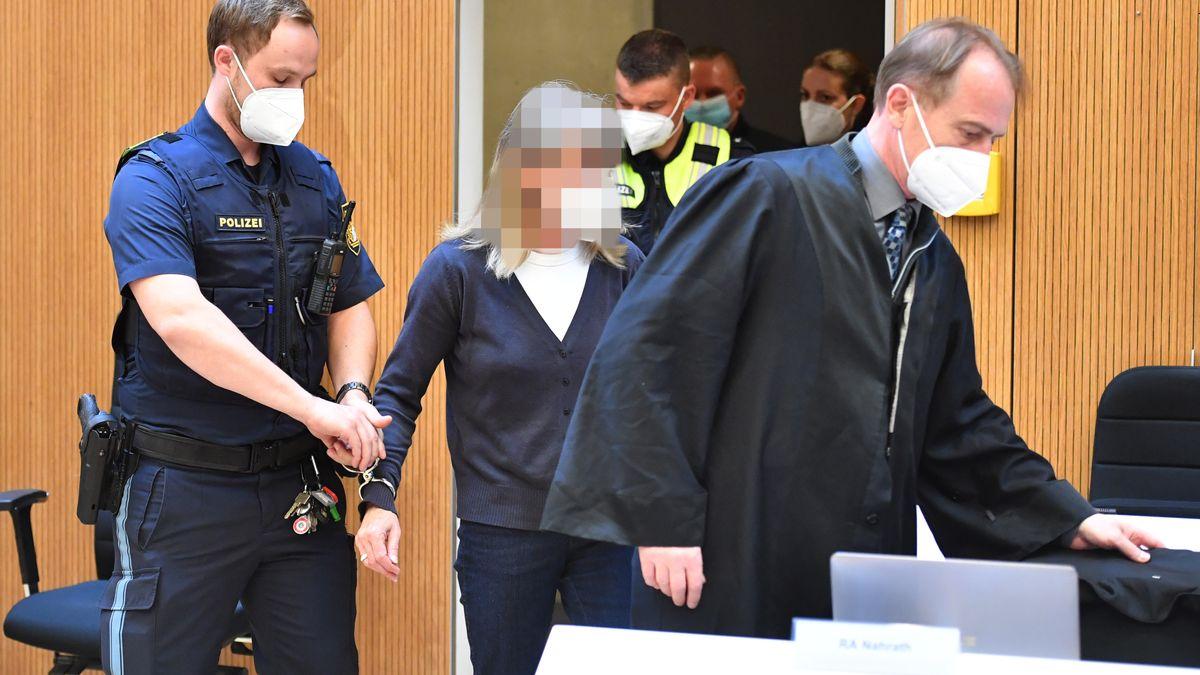 Die Angeklagte Susanne G. wird von einem Justizbeamten in den Sitzungssaal gefuehrt.