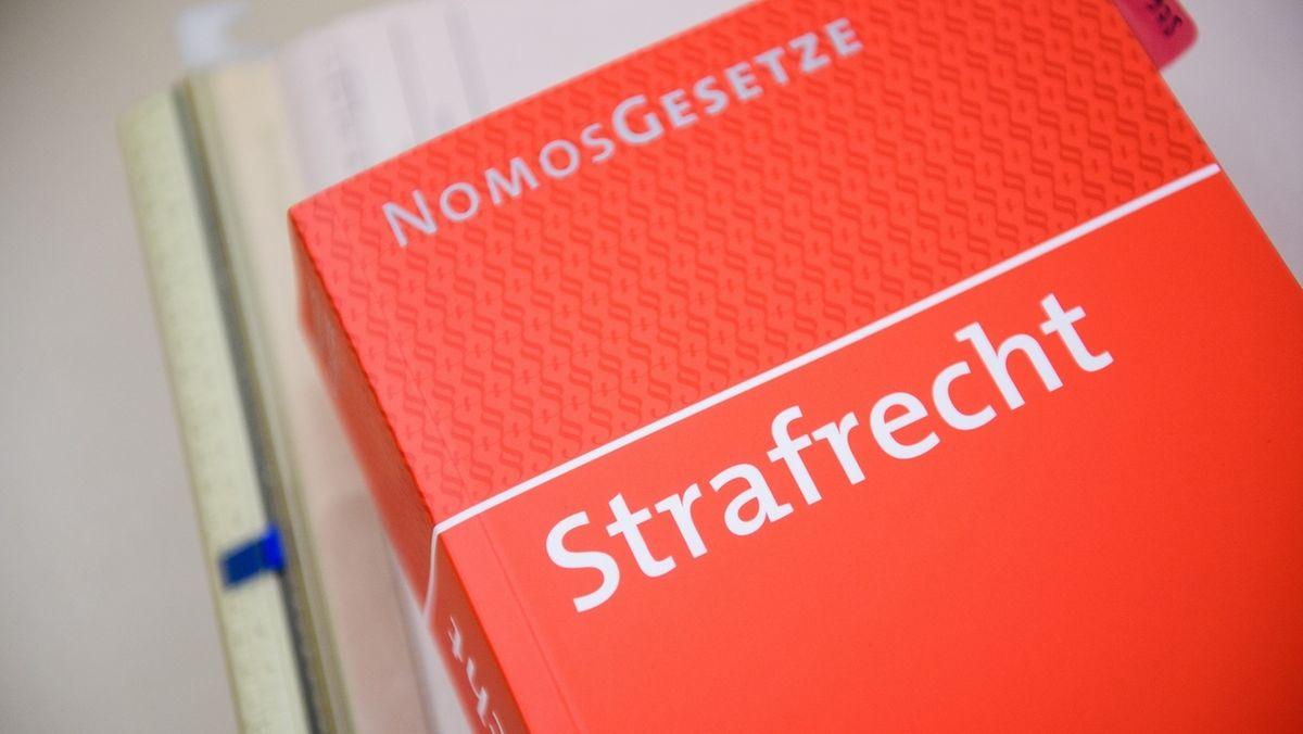 """Auf einem Buch ist im Landgericht in Bamberg die Aufschrift """"Strafrecht"""" zu lesen."""