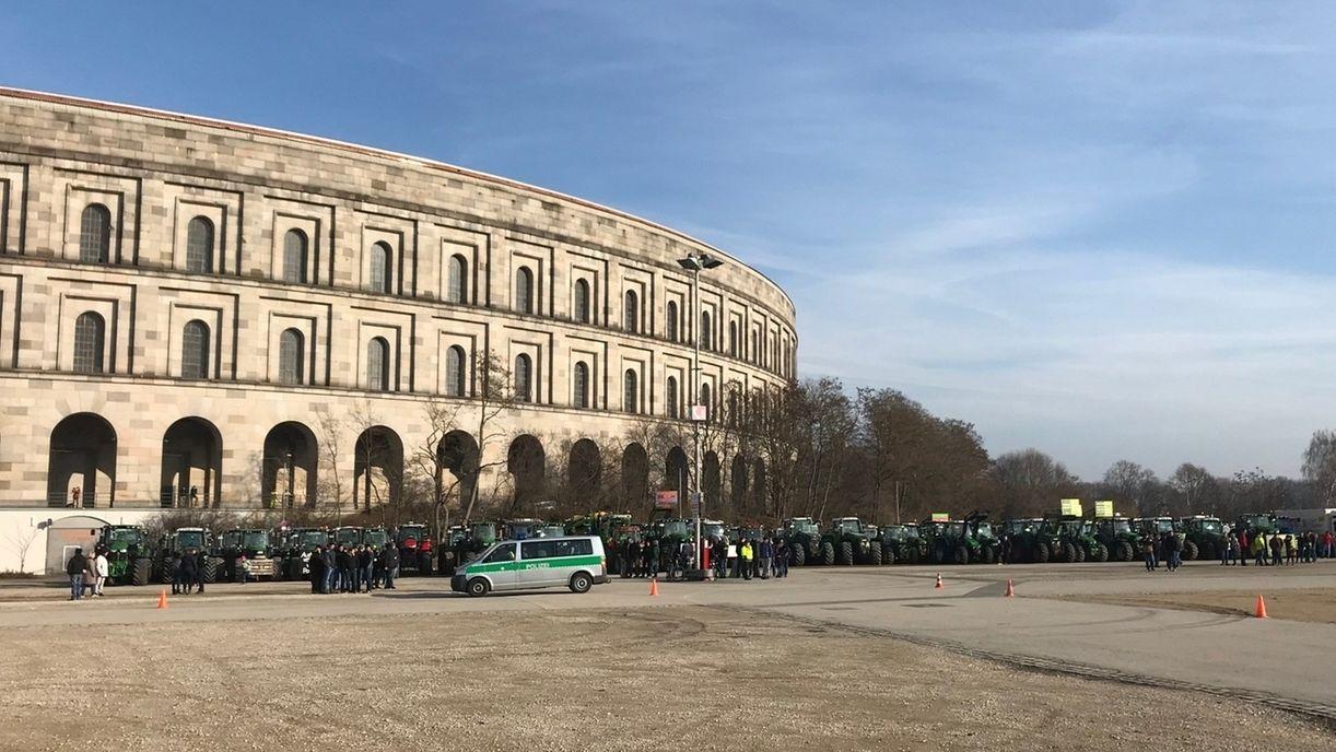 Traktoren auf dem Nürnberger Volksfestplatz bei den Bauernprotesten
