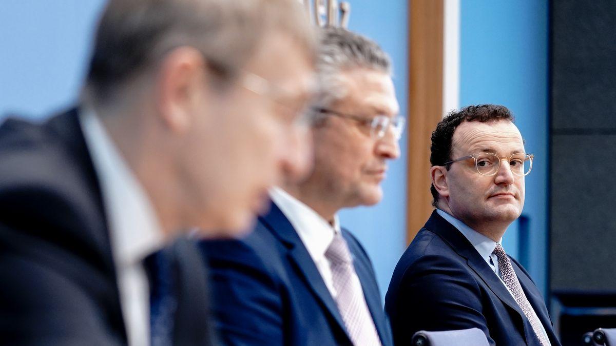 Jens Spahn (r., CDU), Lothar Wieler (m.),  und Klaus Cichutek