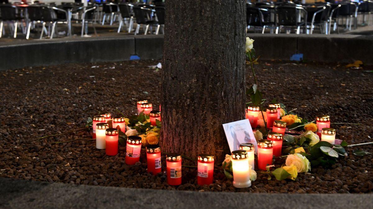In der Nähe des Tatorts wurden Blumen niedergelegt und Kerzen aufgestellt