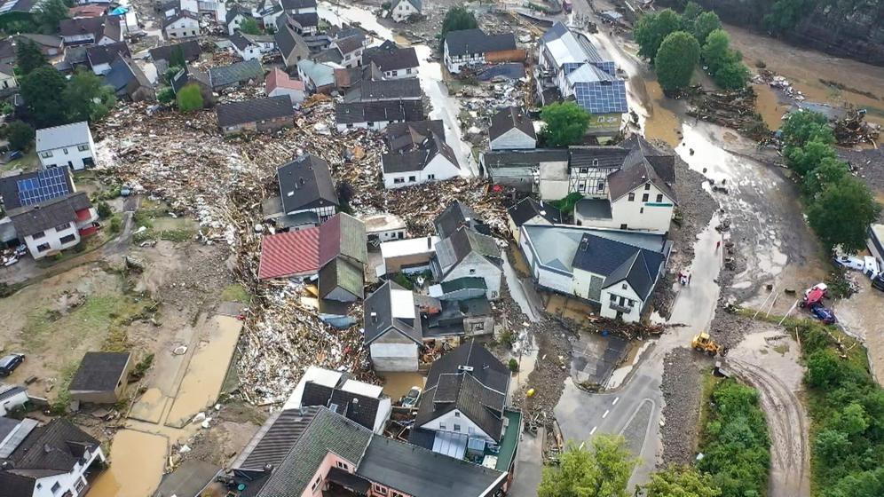 15.07.2021, Rheinland-Pfalz, Schuld: Die mit einer Drohne gefertigte Aufnahme zeigt die Verwüstungen die das Hochwasser der Ahr in dem Eifel-Ort angerichtet hat. In Schuld bei Adenau waren den Angaben zufolge in der Nacht zum Donnerstag sechs Häuser eingestürzt. Derzeit würden dort knapp 70 Menschen vermisst.