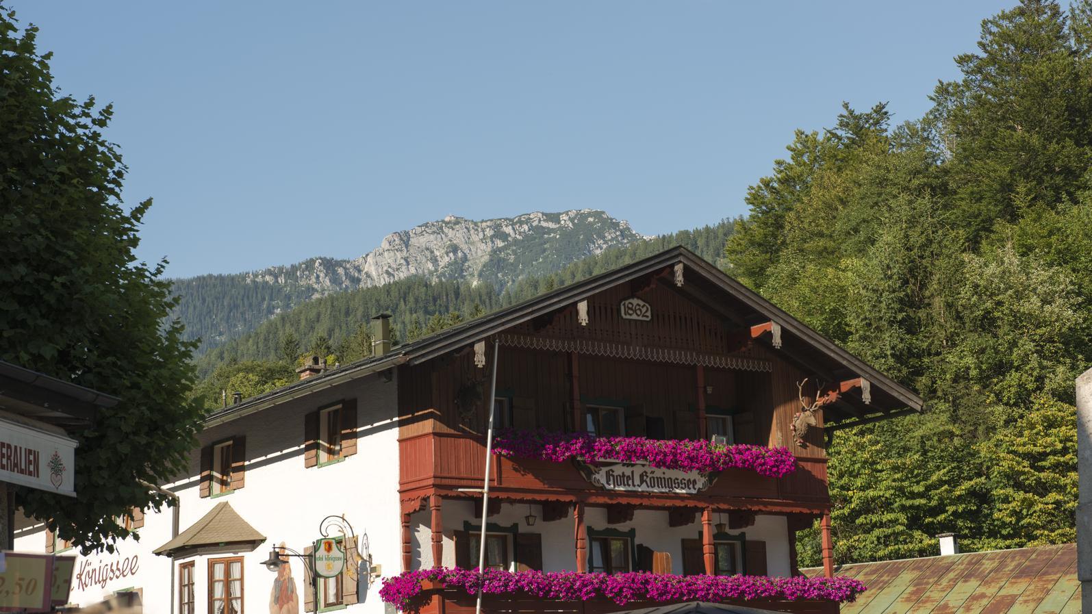 HotelKönigssee in Berchtesgaden am Königssee in Bayern mit blühenden Geranien auf dem Balkon