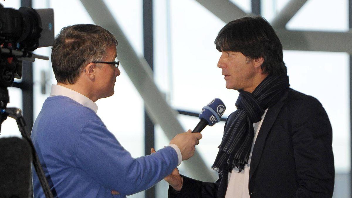 BR-Sportreporter Bernd Schmelzer und Fußball-Bundestrainer Joachim Löw (Archivbild)