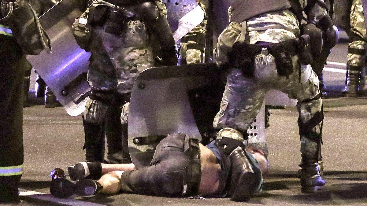 Belarussische Polizisten fixieren einen Demonstranten am Boden