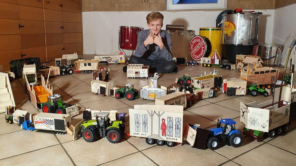 Rico Laukner inmitten seiner selbstgebauten Wagen für den Umzug der Höchstädter Schlossfinken