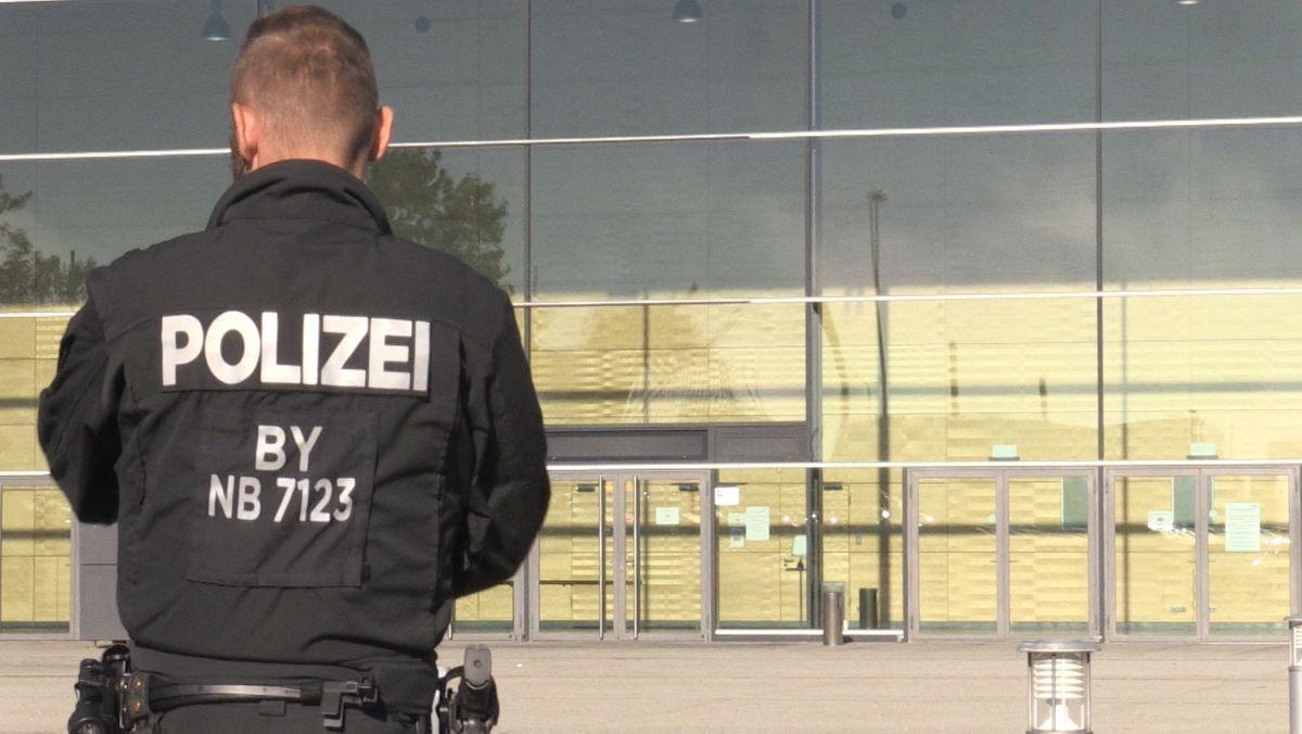 Ein Polizeibeamter vor der Dreiländerhalle in Passau