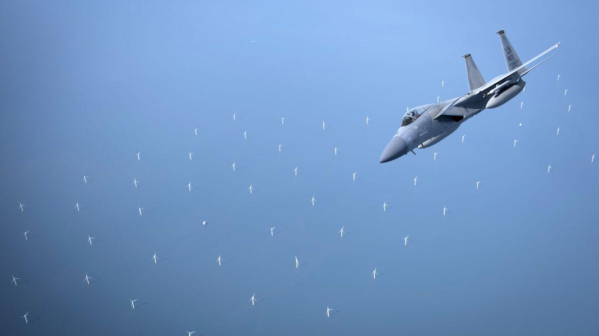 Ein Kampfjet des Typs F-15C Eagle der US Air Force über einem Offshore-Windpark vor der englischen Küste (Symbolbild)
