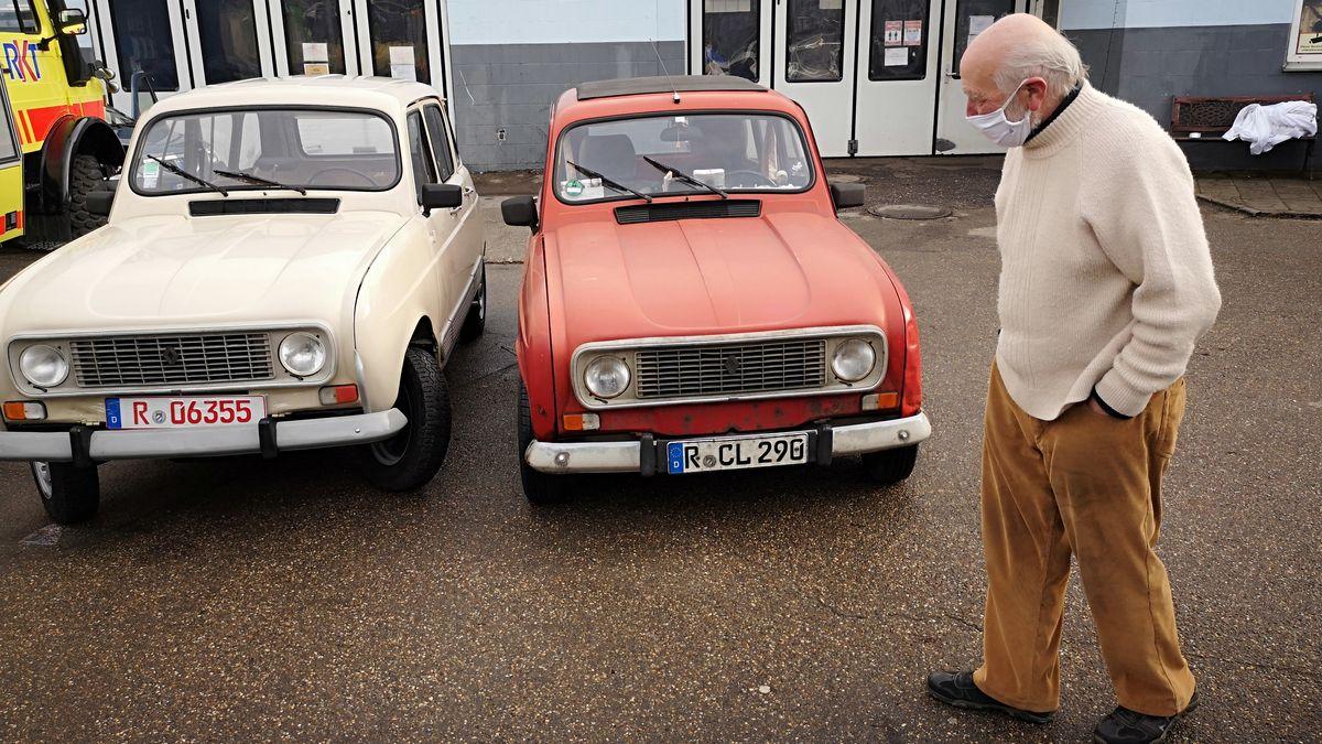 Der neue (li.) und der alte Renault R4 von Pater Clemens Habiger
