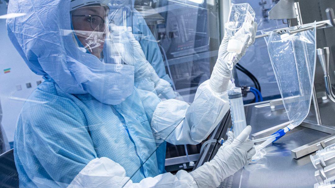 Laborantinnen bei Biontech simulieren Arbeitsschritte bei der Herstellung eines Corona-Impfstoffes.