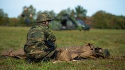 Bundeswehrsoldat bei Übung im Feld   Bild:dpa-Bildfunk