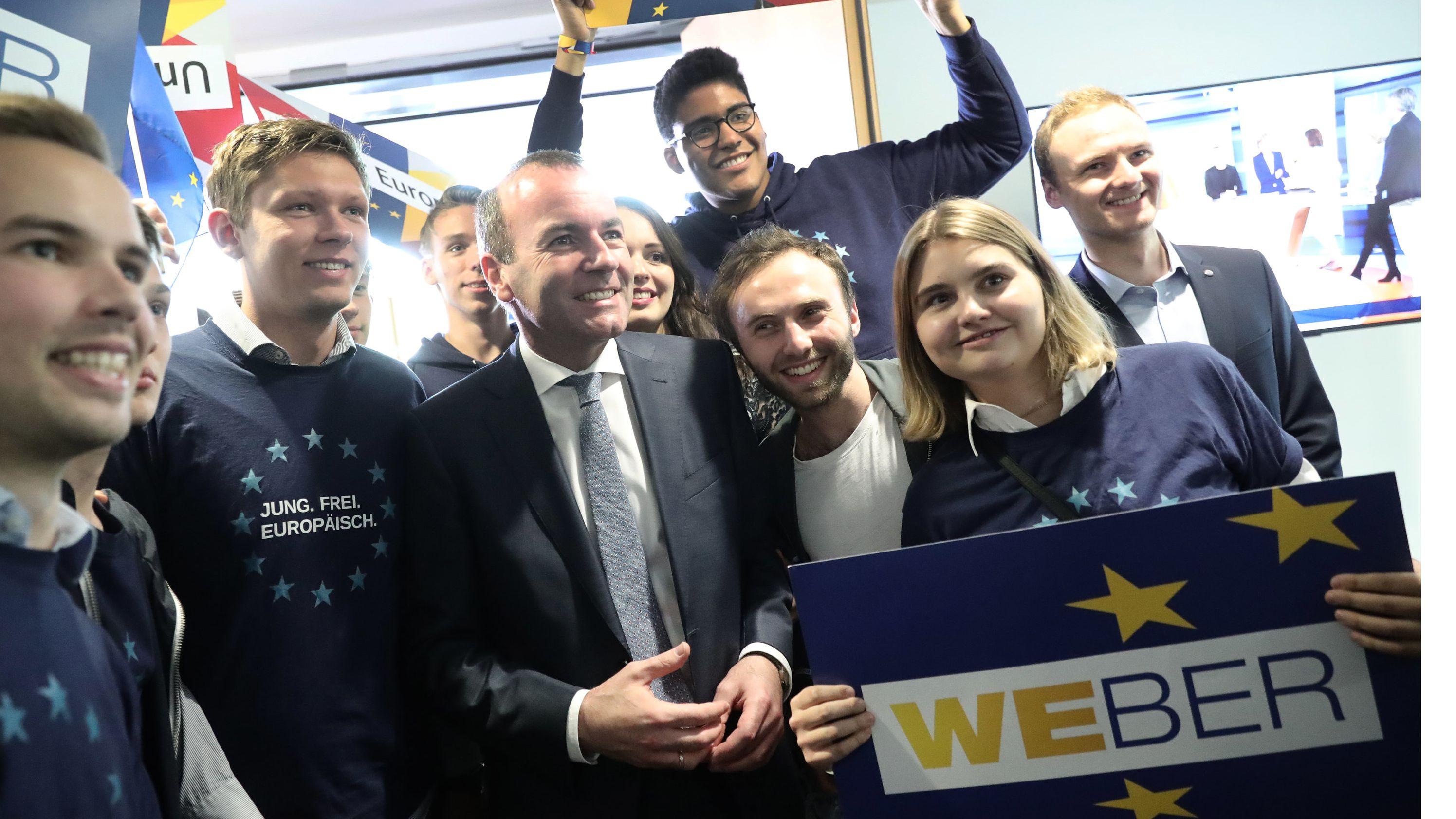 Der Spitzenkandidat der Union, Manfred Weber, von Anhängern umringt