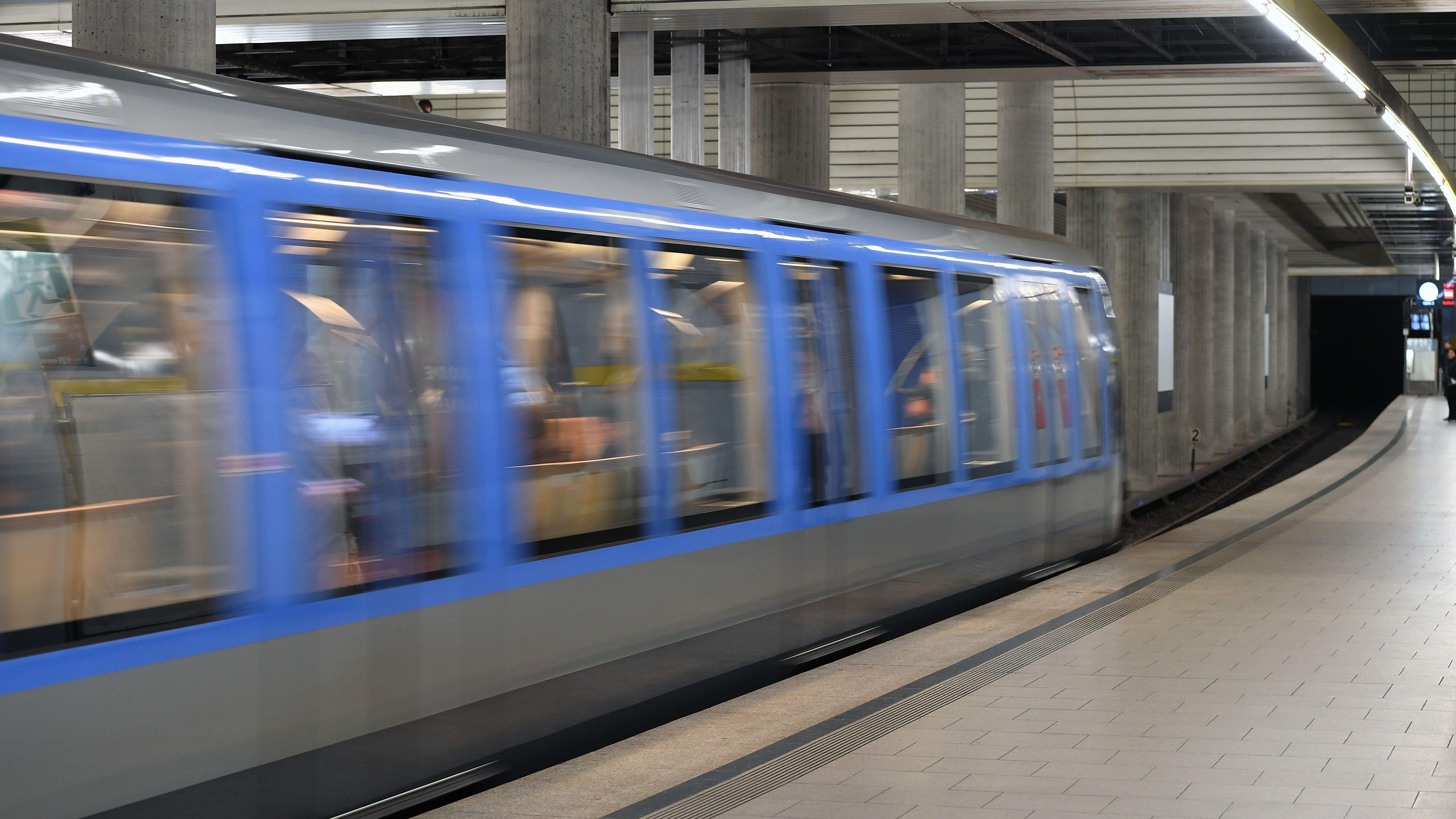 Eine U-Bahn fährt in einen Münchner U-Bahnhof ein