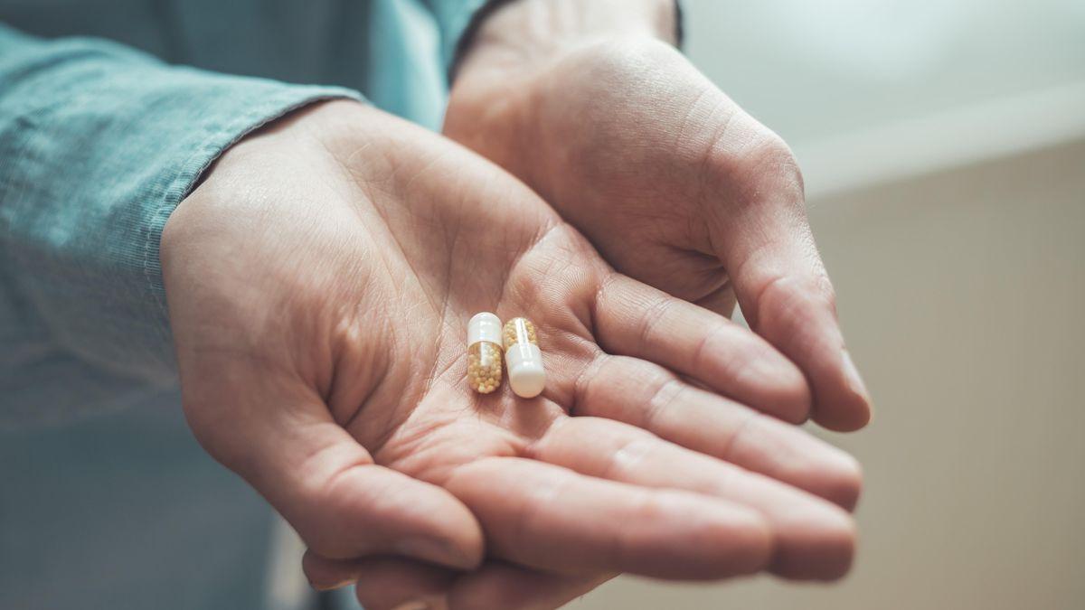 Tabletten liegen in Hand. Könnte bald ein einziges Mittel gegen das Corona-Virus alle Sorgen unnötig machen?
