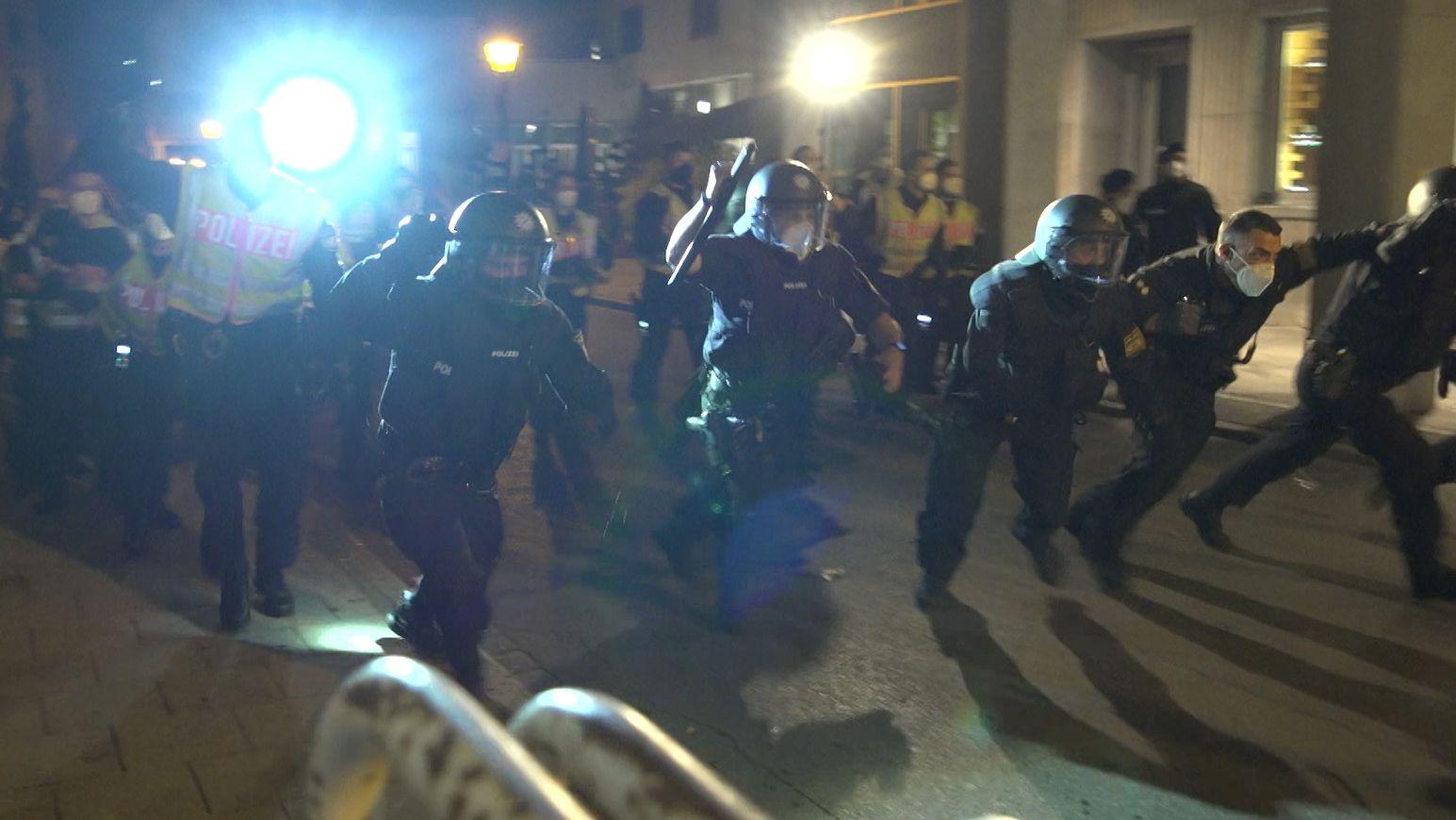 Augsburger Polizei drängt Randalierer zurück