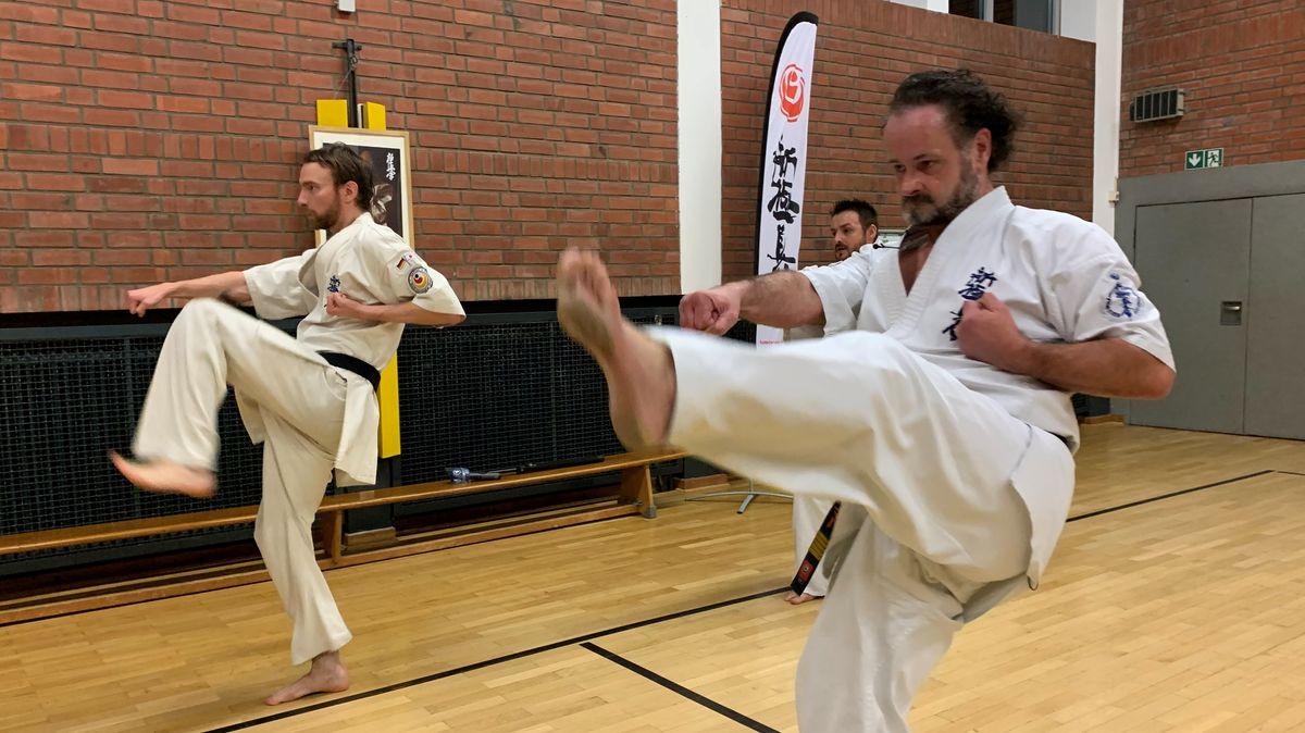 Manuel Meier und sein Trainer Andreas Rosenhammer vom Karate Verein Ingolstadt kurz vor der Online-WM