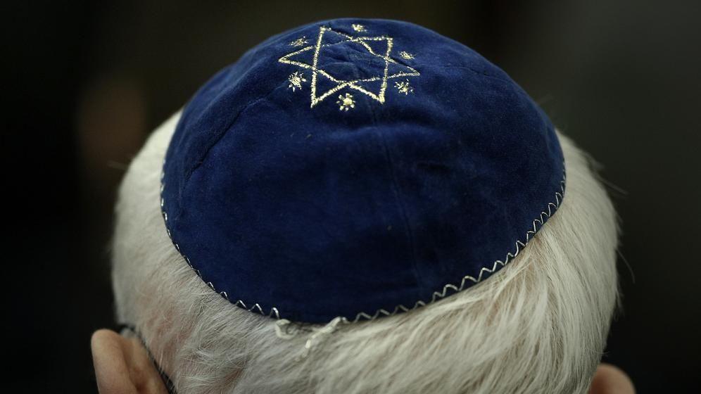 Ein Mann trägt in der Synagoge eine Kippa. (Symbolbild)