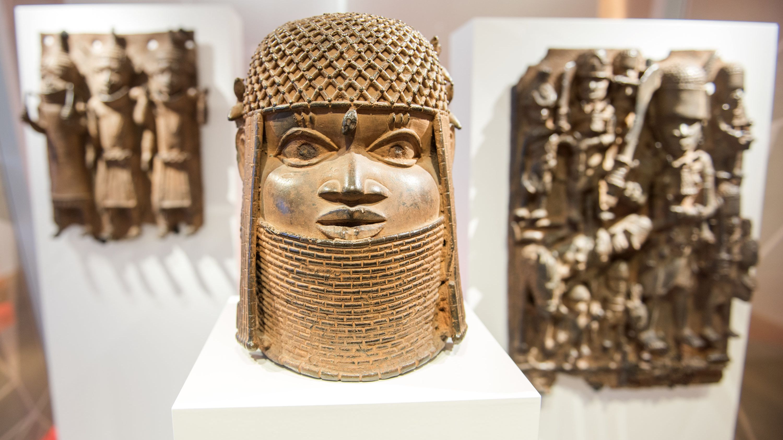 Eine Plastik eines Kopfes mit Schmuck im Museum für Kunst und Gewerbe Hamburg.