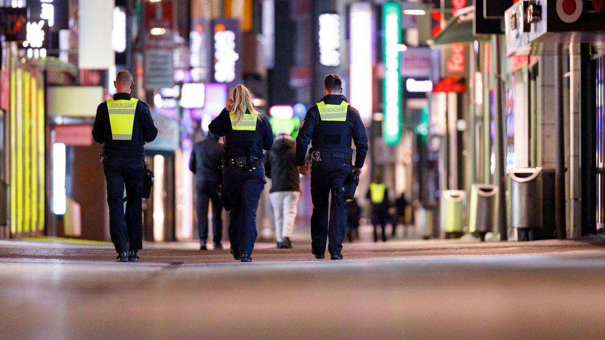 Nächtliche 'Polizei-Kontrollen in einer Fußgängerzone (Symbolbild)