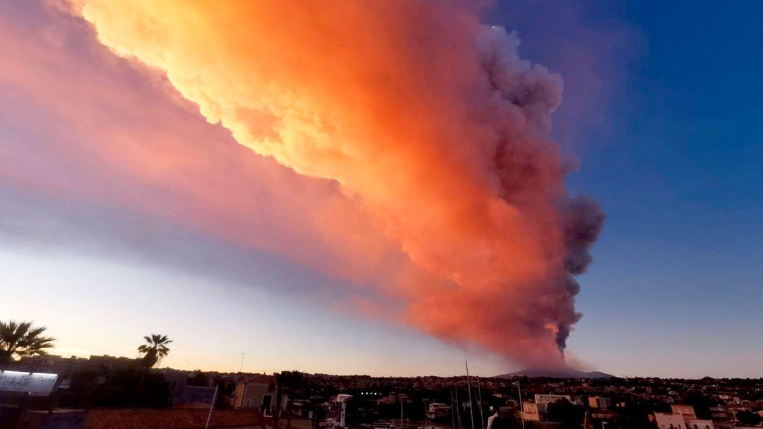 Der Ätna, Europas aktivster Vulkan, spuckt Asche und Lava