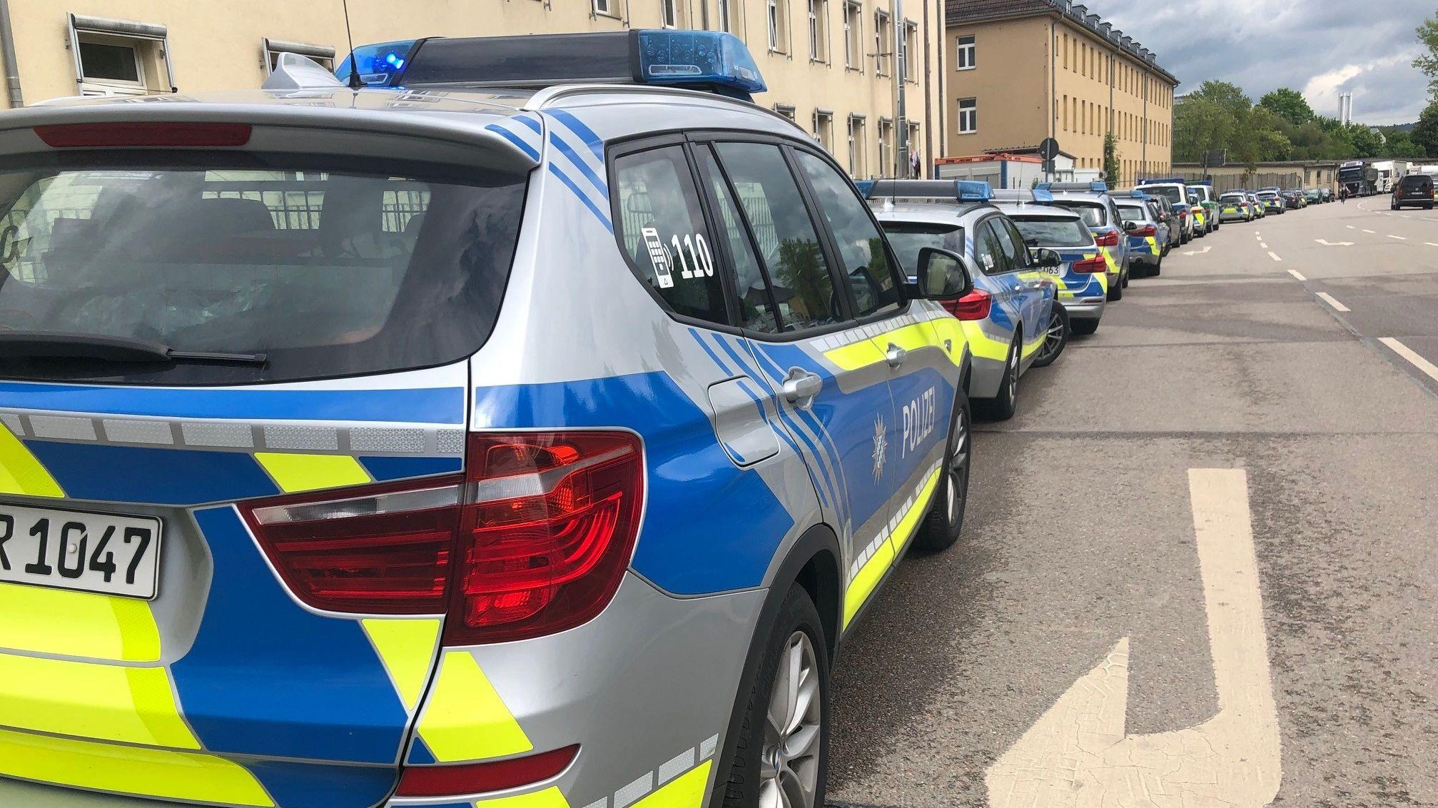 Polizeifahrzeuge vor dem Ankerzentrum Regensburg