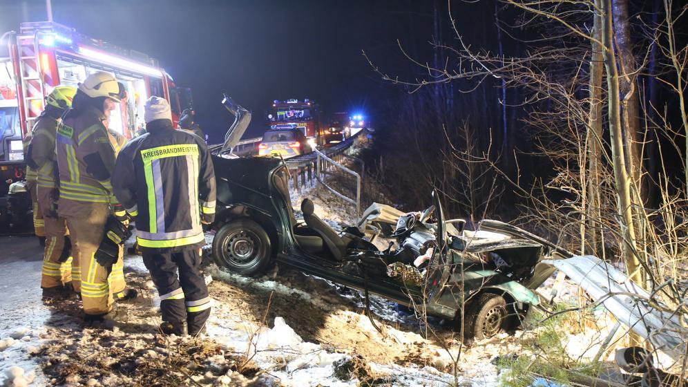 Rettungskräfte an der Unfallstelle | Bild:NEWS5 / Fricke