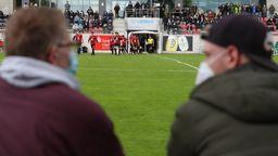 Zuschauer mit Maske am Spielfeldrand   Bild:picture alliance/dpa/Friso Gentsch