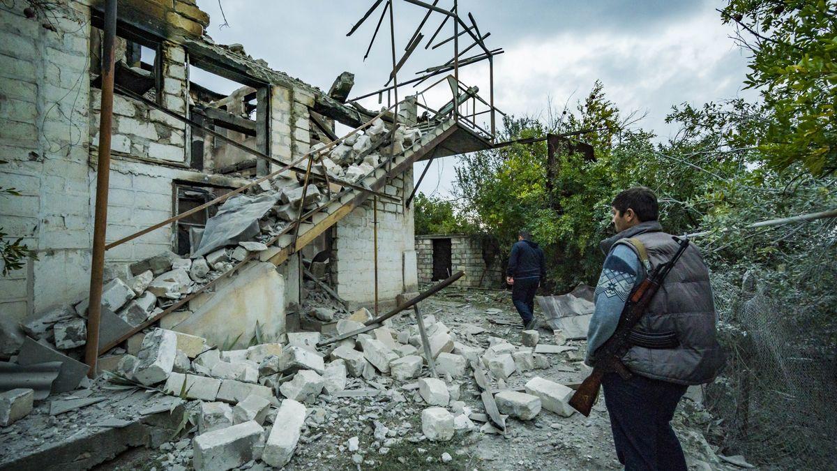 Zerstörtes Haus dem Dorf Martakert am 9.10.2020, während des Krieges in Berg-Karabach