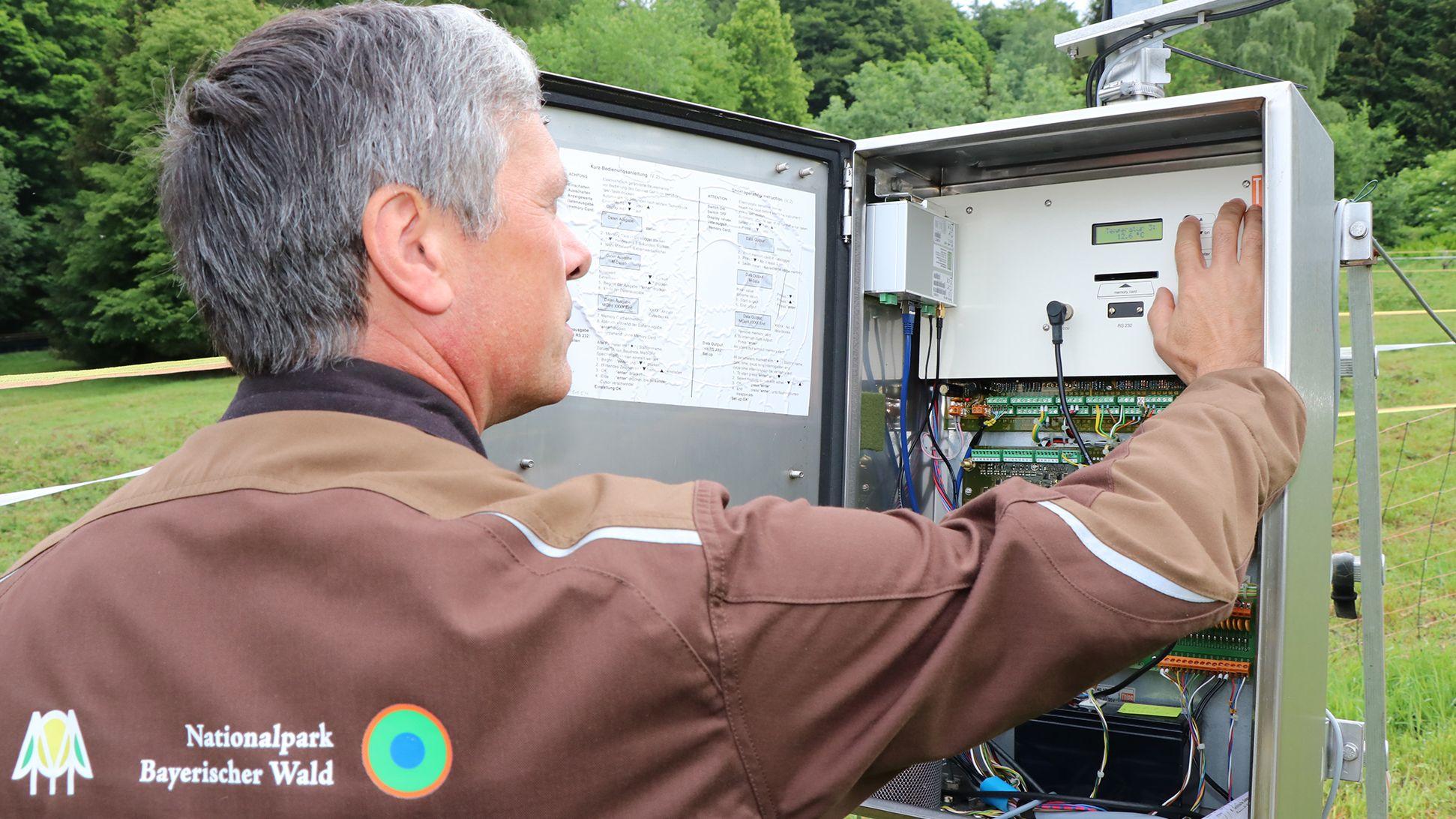 Messtechniker Ludwig Höcker bei der Arbeit an der Klimastation Waldhäuser