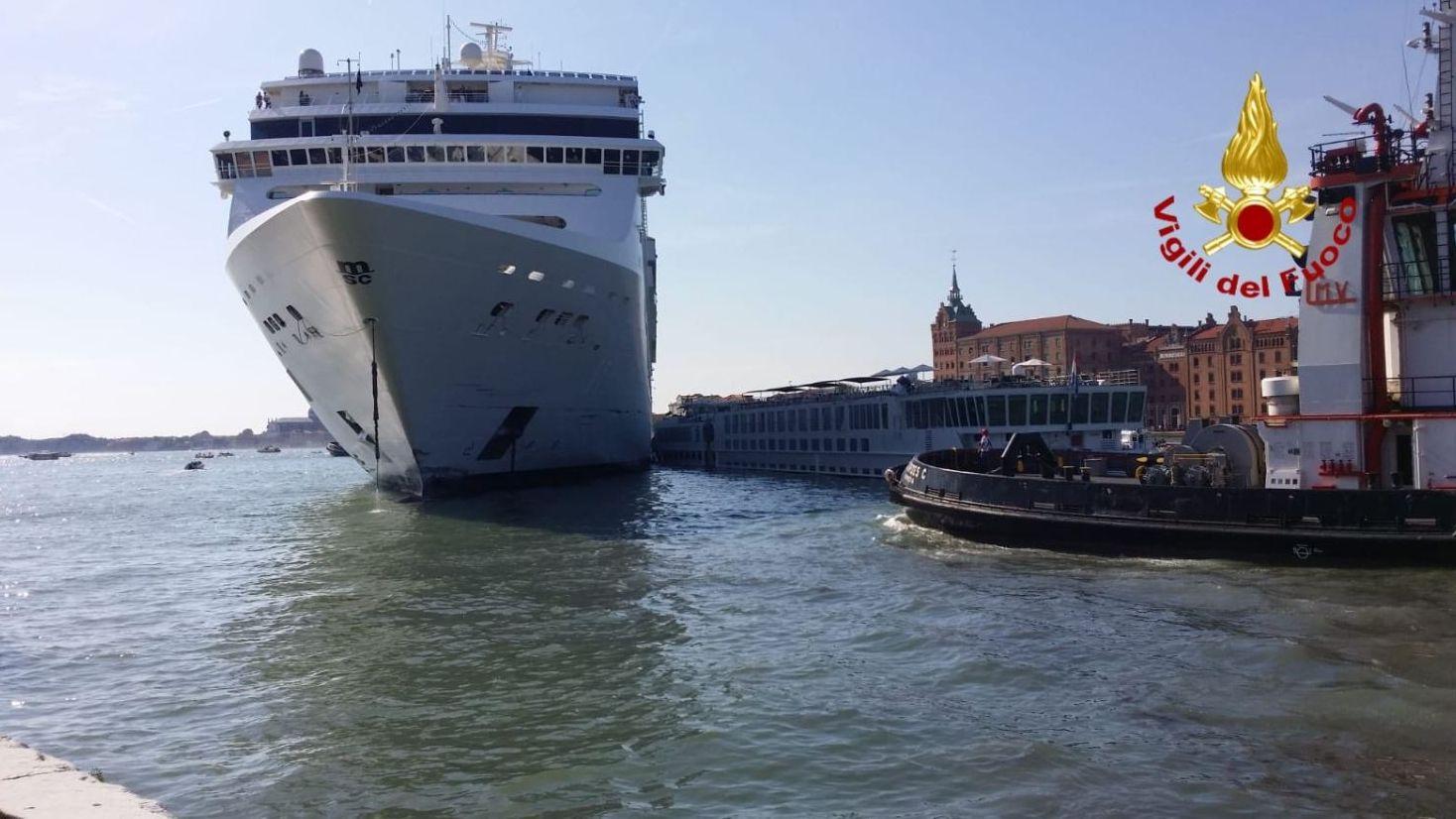 Das Kreuzfahrtschiff war auf die Anlegestelle zugefahren und rammte den Kai und ein anders Touristenboot